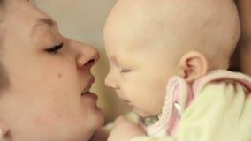 Giovane madre che tiene il suo bambino neonato Famiglia a casa, mamma e neonato archivi video