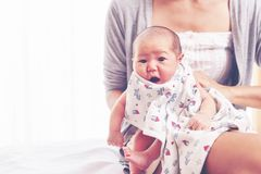 Giovane madre che tiene la sua ragazza di neonato, una figlia di settimana fotografia stock libera da diritti