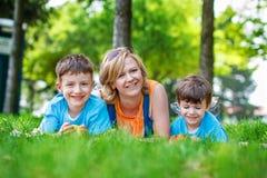 Giovane madre con i bambini e le mele Fotografia Stock Libera da Diritti