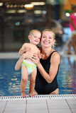 Giovane madre con il figlio in una piscina Immagini Stock Libere da Diritti