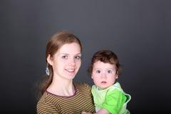 giovane madre con il piccolo figlio sveglio in armi Fotografie Stock Libere da Diritti