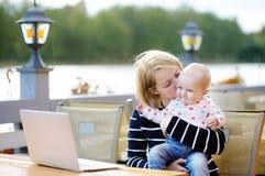 Giovane madre con il suo bambino in caffè all'aperto Immagine Stock Libera da Diritti