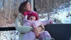 Giovane madre con il suo piccolo giro della figlia sul video d archivio