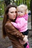 Giovane madre con la piccola figlia Fotografia Stock