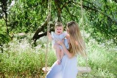 Giovane madre con la piccola figlia sulla natura Fotografia Stock