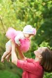Giovane madre con la sua figlia immagini stock libere da diritti