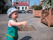 Giovane madre con suo figlio del bambino che gioca all'aperto nella città Fotografia Stock Libera da Diritti