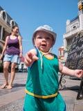 Giovane madre con suo figlio del bambino che gioca all'aperto nella città Fotografie Stock