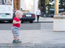 Giovane madre con suo figlio del bambino che gioca all'aperto nella città Immagine Stock