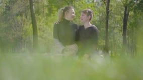 Giovane madre del ritratto e suo il figlio teenager che riposano insieme nel parco Famiglia amichevole felice Svago all'aperto video d archivio