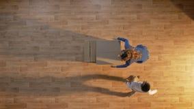 Giovane madre e figlio che entrano nella casa vuota con le scatole, funzionamento del ragazzino ed abbraccianti mummia, parquet s archivi video