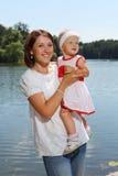 Giovane madre e la sua figlia Immagini Stock