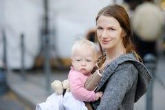 Giovane madre e la sua neonata fotografia stock