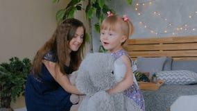 Giovane madre e sua la figlia del bambino che giocano togerher a casa archivi video