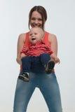 Giovane madre e suo divertiresi del figlio del bambino Fotografia Stock