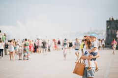 Giovane madre e suo il figlio che camminano nella città Fotografia Stock