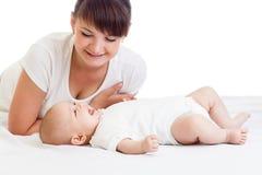 Giovane madre felice che esamina la sua ragazza dell'infante del bambino fotografia stock libera da diritti