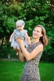 Giovane madre felice con la sua neonata Immagine Stock Libera da Diritti