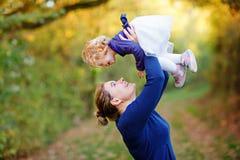 Giovane madre felice divertendosi la figlia sveglia del bambino, ritratto della famiglia insieme Donna con la bella neonata in na fotografie stock