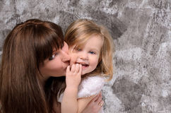 Giovane madre felice e piccola figlia fotografia stock