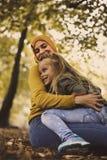 Giovane madre musulmana nell'abbraccio con la figlia Fotografia Stock Libera da Diritti