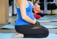 Giovane madre nella classe di forma fisica Immagine Stock Libera da Diritti