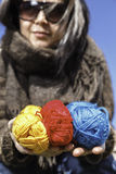 Giovane magliaia con i filati colorati di lana fotografia stock libera da diritti