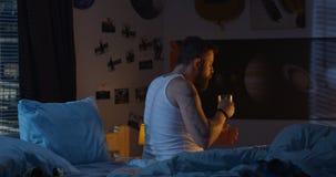 Giovane malato che va a letto video d archivio