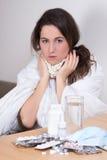 Giovane malattia attraente di combattimento della donna con le pillole Fotografia Stock Libera da Diritti