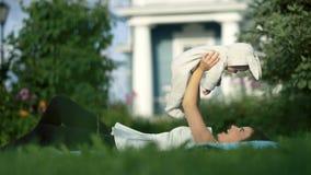 Giovane mamma che gioca con la sua piccola figlia vicino alla casa stock footage