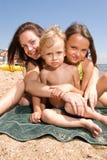 Giovane mamma con i bambini alla stazione balneare Immagine Stock