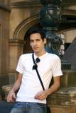Giovane mand che si distende su una parete Fotografie Stock