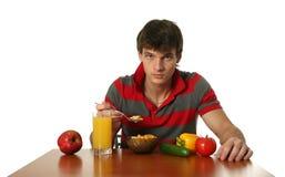 Giovane mangiatore di uomini sexy la sua prima colazione immagine stock