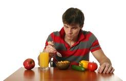 Giovane mangiatore di uomini sexy la sua prima colazione immagine stock libera da diritti