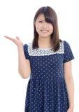 Giovane mano asiatica della donna che mostra segno in bianco Fotografia Stock Libera da Diritti