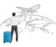 Giovane mappa dell'aeroplano e di mondo del disegno dell'uomo d'affari Fotografia Stock