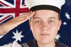 Giovane marinaio che saluta priorità bassa bianca isolata Fotografie Stock Libere da Diritti