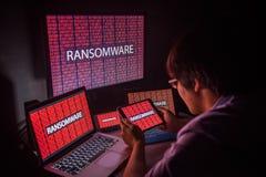 Giovane maschio asiatico frustrato tramite l'attacco cyber del ransomware immagine stock libera da diritti