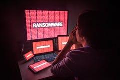 Giovane maschio asiatico frustrato tramite l'attacco cyber del ransomware fotografia stock libera da diritti