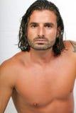 Giovane maschio atletico con capelli lunghi fotografia stock