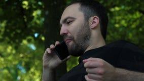 Giovane maschio bello che parla sul telefono cellulare stock footage