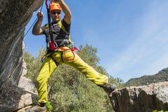 Giovane maschio che scala a via il ferrata Fotografie Stock
