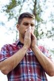 Giovane maschio che soffia il suo naso fotografie stock libere da diritti