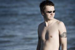 Giovane maschio con l'oceano nei precedenti Immagini Stock Libere da Diritti
