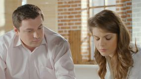 Giovane maschio e conversazione femminile, donna che gira via arrabbiata, consigliando sessione archivi video