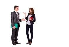 Giovane maschio e femmina di conversazione emozionale Immagine Stock