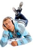 Giovane maschio felice con le cuffie ed i pollici in su Immagine Stock Libera da Diritti