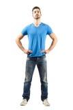 Giovane maschio fiero sicuro nella posa akimbo Fotografie Stock Libere da Diritti