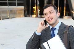 Giovane maschio infastidito sul telefono Immagini Stock