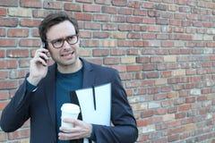 Giovane maschio infastidito sul telefono Fotografie Stock Libere da Diritti